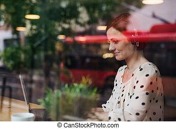 nő, lövés, fejhallgató, kávéház, át, asztal, portré, pohár., ülés