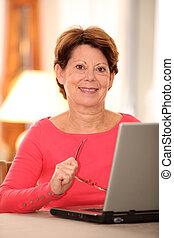 nő, laptop computer, closeup, otthon, idősebb ember