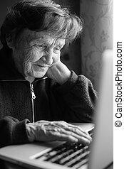 nő, laptop, photo), öregedő, (black, számítógép, használ, otthon, fehér
