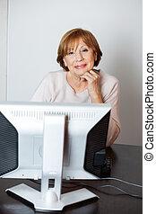 nő, magabiztos, számítógép, használ, idősebb ember, osztály