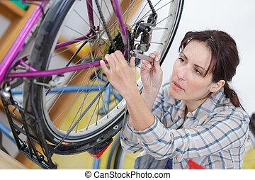 nő, megjavítás, gördít, képben látható, bicikli