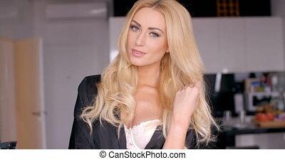 nő, meglehetősen, fiatal, hosszú arc, haj, hullámos, szőke