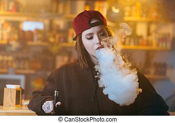 nő, meglehetősen, shop., vape, sapka, fiatal, cigaretta, ...