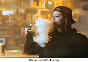 nő, meglehetősen, shop., vape, sapka, fiatal, cigaretta,...