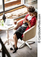 nő, mozgatható, ülés, messaging, fiatal, smartphone, karosszék, időz
