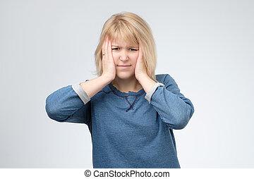 nő, neki, elveszett, pénz., nyugtalan, táska, ő, hatalom kezezés, head., szőke, reménytelen, helyzet