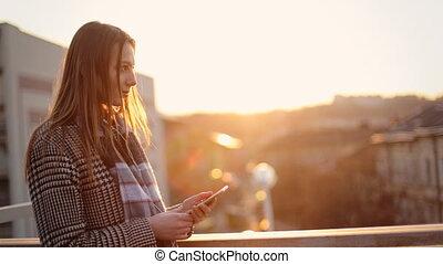 nő, neki, fiatal, sejt, este, zene hallgat, telefon., élvez