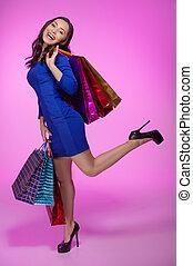 nő, noha, bevásárlás, bags., tele hosszúság, közül, jókedvű, kisasszony, birtok, bevásárol táska, és, mosolygós, fényképezőgép, időz, álló, elszigetelt, képben látható, elpirul háttér