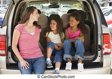 nő, noha, két, young lány, ülés, fogad of, furgon, mosolygós