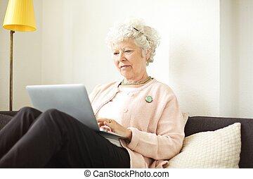 nő, nyugdíjas, dolgozó, neki, laptop, idősebb ember