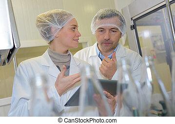 nő, palack, tabletta, látszó, termelés, birtok, egyenes, üres, ember