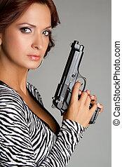 nő, pisztoly, birtok