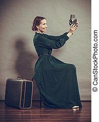 nő, retro mód, noha, öreg, bőrönd, fényképezőgép