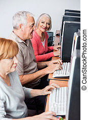 nő, számítógép, használ, idősebb ember, osztály, boldog