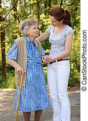 nő, szabadban, idősebb ember