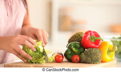 nő, szeletelés, egy, saláta
