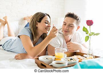 nő, táplálás, barát, közben, reggeli in ágy