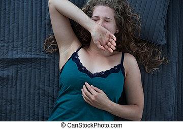 nő, tátong, ágyban