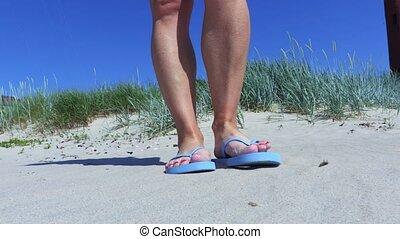 nő, tengerpart, megfricskáz, homokos, leesik