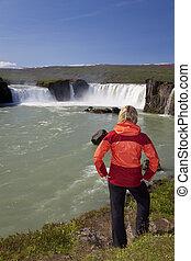 nő, természetjáró, -ban, godafoss, vízesés, izland