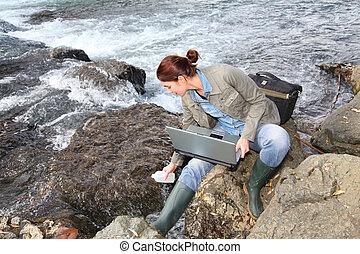 nő, természettudós, próba, minőség, közül, víz, alatt, folyó