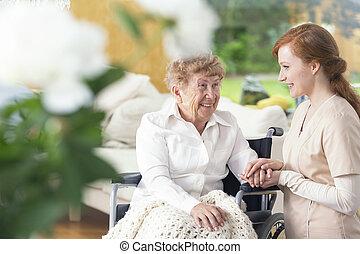 nő, tolószék, barátságos, ápoló, mosolygós, idősebb ember