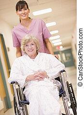 nő, tolószék, tol, idősebb ember, folyosó, ápoló, kórház