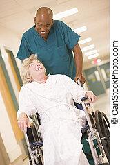 nő, tolószék, tol, rendes, folyosó, idősebb ember, kórház