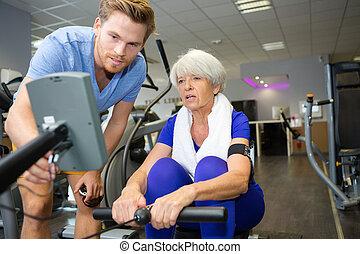 nő, tornaterem, gyakorlás, idősebb ember, mosolyog vidám