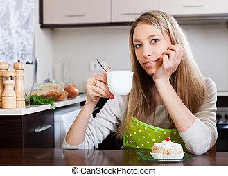 nő, torta, tea, mosolygós, ivás
