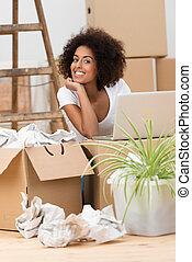 nő, unpacking szekrény, alatt, neki, új családi