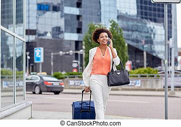 nő, utazás, hívás, táska, smartphone, boldog