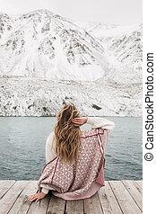 nő, utazó, képben látható, a, háttér, közül, egy, gyönyörű, hegy tó