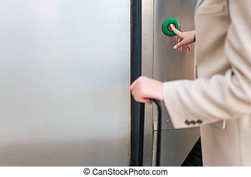 nő, vasút, ajtó, elgáncsol, gombol, sajtó, enter., fogalom, kiképez