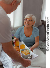 nő, vidám, neki, bevétel, reggeli, házastárs, tálca