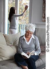 nő, windows, házvezetőnő, fényesít, öregedő, időz, könyv, felolvasás