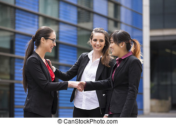 női, ügy colleagues, remegő, hands.