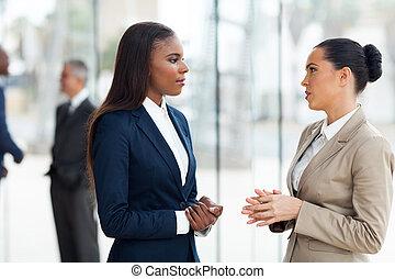 női, colleagues, birtoklás, beszélgetés, alatt, hivatal