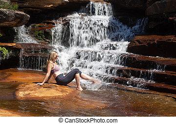 női, fröcskölő, neki, lábak, alatt, aláeső, vízesés
