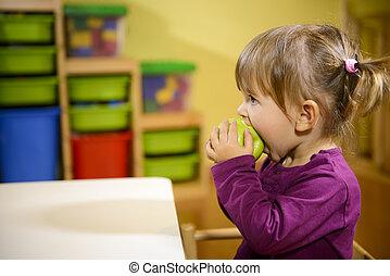 női gyermekek, étkezési, zöld alma, alatt, óvoda