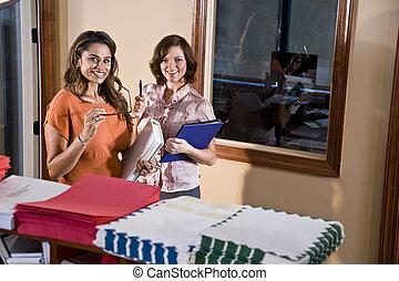 női, hivatal munkás, álló, alatt, mailroom