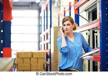 női, logisztika, munkás, képben látható, mobile telefon, alatt, raktárépület