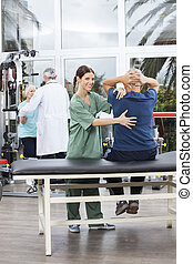 női, physiotherapist, elősegít, senior bábu, alatt, gyakorlás