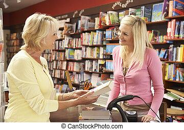 női, vásárló, alatt, könyvesbolt