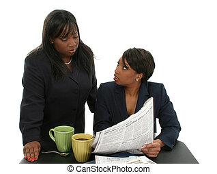 nők, íróasztal, ügy