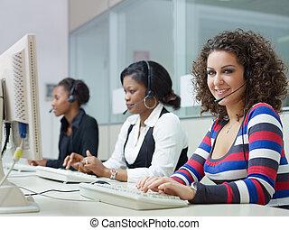 nők, dolgozó, alatt, hívás összpontosít