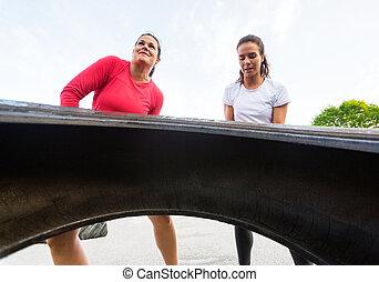 nők, egészséges, emelés, autógumi, szabadban