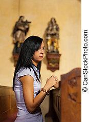 nők, imádkozik, alatt, egy, templom
