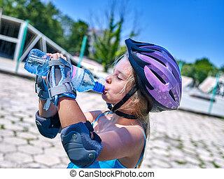 naście, jego, napój polewają, skateboard., dziewczyna, zmarszczenie