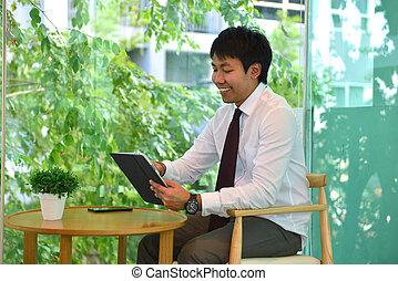 na, asian handlowy, człowiek, używając, niejaki, taplet, osoba, uśmiechanie się